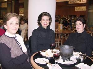 Rusi de Rico, Rosario Lamberta González y Cati de Nava en una tarde de café.