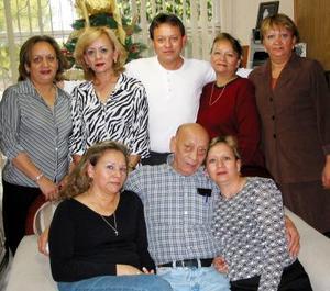 <u>11 de enero </u><p> Sr. Rodolfo Zubiría rodeado por su familia en el festejo que le prepararon con motivo de su cumpleaños.
