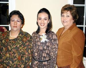 Eva Marcela Gambia Ramírez con las organizadoras de su despedida de soltera, señoras Eva Ramírez Gamboa y Olga Magallanes de Cervantes