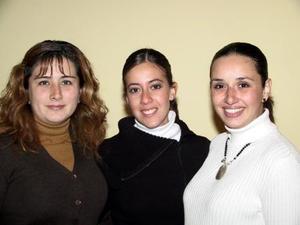 Margarita Tosca Castañeda acompañada por María Luisa Parra de Ortiz y Mónica Orduño de Villarreal en su despedida de soltera