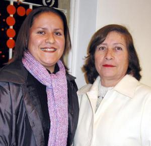 Lupita de Ceniceros con su hija Candy, en una reunión familiar.
