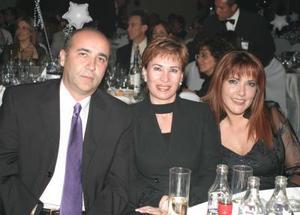 <u>11 de enero</u><p> Gerardo SIfuentes, Mary de Sifuentes y Alma Ochoa captadas recientemente.