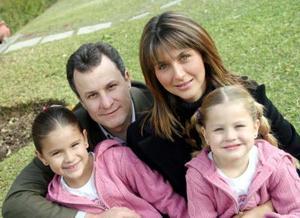 Javier y Verónica González con sus hijas Sofía y Valeria.