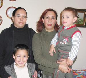 <u>14 de enero </u><p> Valeria Stephanie Flores Montalvo acompañada por sus papás, Rubén Flores Orozco y Lorena Montalvo de Flores.