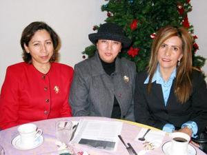 Bety de Aguilera, Paty de Facio y Dora de Perlata, amigas captadas en un festejo social.