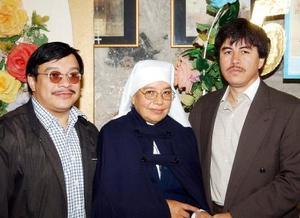 Daniel Campos y Francisco Galllegos junto a Sor Josefina Morales del Santísimo Sacramento.