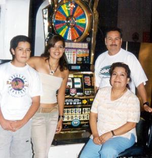 Ignacio Rosales González, Rosalinda Salas de Rosales, Karla Janeth y Miguel Ángel Rosales Salas fueron captados en su más reciente visita a Las Vegas Nevadas.