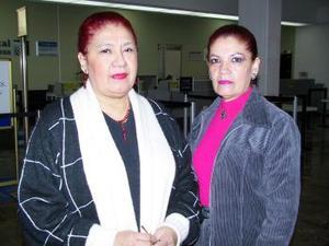 <u> 14 de enero </u> <p> Yolanda de los Santos retornó a México luego de disfrutar de un período vacacional; fue despedida por su hermana Dolores Alicia de los Santos