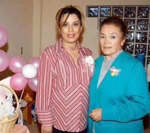 Irma Lluvia Espinoza, la futura mamá, acompañada de su suegra Bertha Murillo Ramírez, organizadora del festejo de canastilla