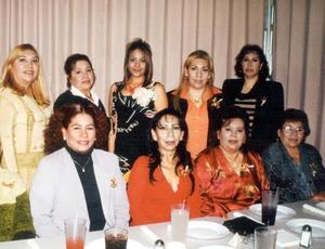 Madalena, Gloria, Dora, Pilar, Elvira, Concepción, Oralia, Ana María y Amelia asistieron a la despedida de soltera de Maru Medina.