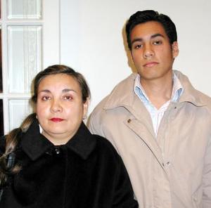 María de la Luz Ramos de Salum con su hijo Isaac Nesum Salum Ramos en un convivio social.