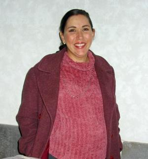 Verónica Leal de García en la fiesta de regalos para bebé que le ofercieron en días pasados.