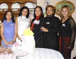 <u>15 de enero </u><p> Montserrat Quirarte de Barragán acompañada por algunas de las invitadas a su fiesta de canastilla.