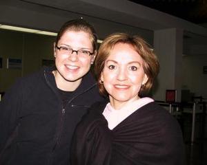 Sabrina Vogler partió a México para continuar con sus estudios la despidió Griselda de Medinaveitia.