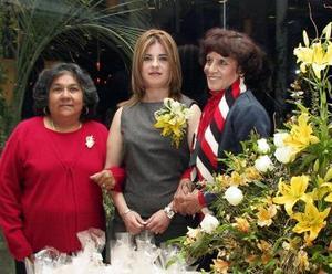 <u> 16 de enero </u> <p> Bianca Vizcaya Hernández acompañada de las organizadoras de su despedida de soltera.