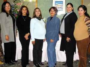 Yanette Padilla de García en compañía de algunas de las damas asistentes a su fiesta de canastilla.