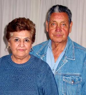 Julián Tovalín Muñoz acompañado de su esposa, Martha I. de Tovalín en el festejo que le ofrecio por su onomástico.