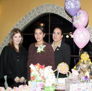 Cecilia Valencia de González disfrutó de una fiesta de canastilla, organizada por Aída y Beba Jaidar.