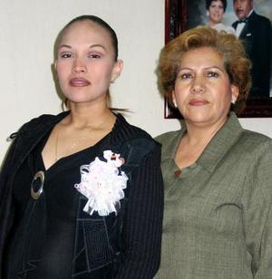 <u> 16 de enero </u> <p> Ania Arcelia Carrera de Montoya en compañía de la anfitriona de su fiesta de canastilla, Delia Sánchez de Montoya.
