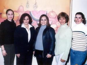 Mayela Ramírez de Vélez acompañada de Maricarmen de Pacheco, Lupita Manzanera, Hilda de Hernádnez y Julieta de Arvizu en su fiesta de canastilla.