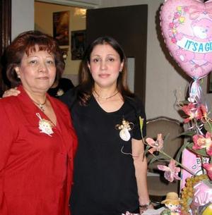 Ana Karola Valdés de Luna en compañía de su mamá Francia de Valdés, Organizadora de su fiesta de canastilla.