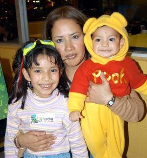 Vanessa Joselyne Rangel acompañda de su mamá, Silvia Reséndiz  y su hermano Alberto Rangel.