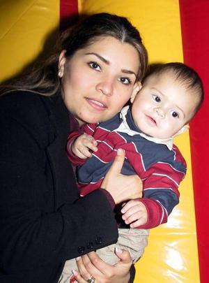 Mayela de Romo con su pequeño hijo Gustavo Romo, en un convivio.