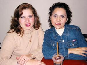 Gaby Vázquez acompañada de Érika Maqueda .