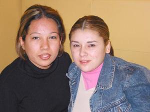 Denisse Guajardo y Blanca Arriola en un restaurante de la localidad.