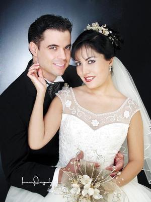 Ing. Raúl Sergio Pérez Castillo y C.P. Estela Morales Ramos recibieron la bendición nupcial en la parroquia de La Sagrada Familia el 29 de noviembre de 2003. <p> <i>Estudio Laura Grageda</i>