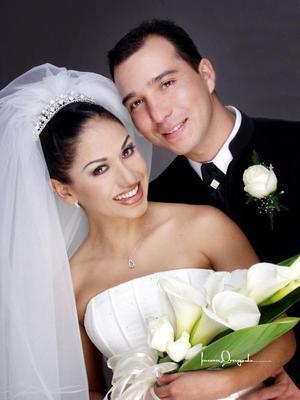 Ing. Emilio Rafel Cañedo González y Lic. María del Carmen Morales Salas recibieron la bendición nupcial en la iglesia de San José el 26 de diciembre de 2003. <p> <i>Estudio Laura Grageda</i>
