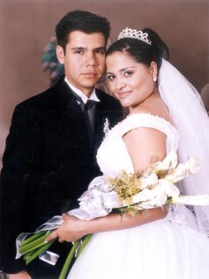 Ing. Luis Fernando Perez de la Fuente y Lic. Enf. Silvia Patricia Carlos Zúñiga recibieron la bendición nupcial en la parroquia del Sagrado Corazón de Jesús el 15 de noviembre de 2003.