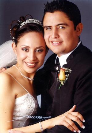 L.A.E. Luis Alberto Morón  Álvarez y Lic. Mónica Iveth Salazar Olivares contrajeron matrimonio religioso en la iglesia de La Inmaculada Concepción el 19 de diciembre de 2003. <p> <i>Estudio Flavio Becerra</i>