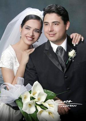Sr. Luis Mario Rodríguez Cárdenas y Srita. Jessica Benítez Zambrano contrajeron matrimonio religioso en la iglesia de La Inmaculada el 15 de noviembre de 2003. <p> <i>Studio Sosa</i>