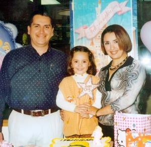 Ana Cecy en compañía de sus papás, Manuel Enrique de la Torre y Olimpia Alejandra Ramírez de De la Torre, en el festejo que le organizaron por su cumpleaños.