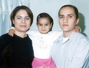 Leticia Alejandra con sus papás los señores José de Jesús Pedroza y Karla Fabiola Hernández de Pedroza el dia que cumplió cuatro años de edad.