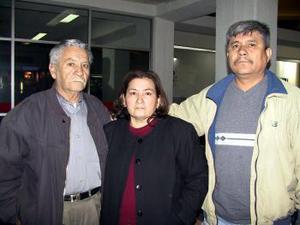 Retornó a Los Ángeles California, María Elena Soto, fue despedida por Nicolás Soto y Juan José Guerrero.