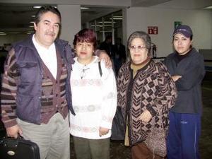 Rodolfo Escalera se trasladó a Madrid España, lo despidieron su esposa Estela Urrutia, Estela Jáuregui y Claudia Escalera