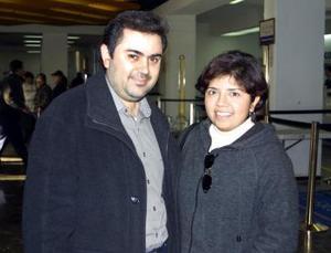 Francisco Navarro Lara viajó a Sevilla, España y fue despedido por Paty  de Navarro