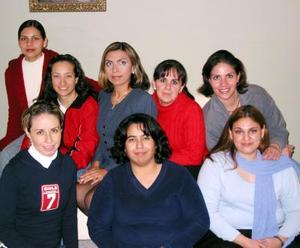 Dulce Romo Rayas en compañía de algunas asistentes a su despedida de soltera, ofrecida en días pasados.