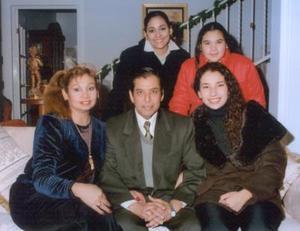 Jesús Ochoa Cebrián y Ana María Valdés de Ochoa acompañados de sus hijos Martha, Ana, Laura y Lupita.