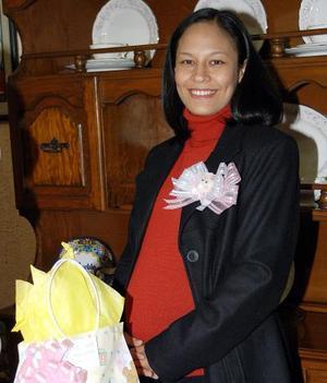 Montserrat Quirarte de Barragán recibió sinceras felicitaciones por el próximo nacimiento de su bebé.