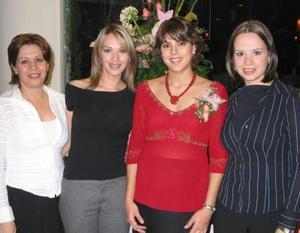Victoria Dávila de Alfani, acompañada de sus amigas en a fiesta de canastilla que se le ofreció en días pasados por el próximo nacimiento de su bebé..