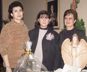Rosa Isela Enriquez de Ramos acompañada de Alejandra Martínez y Guadalupe Castro, anfitrionas de su fiesta de regalos.