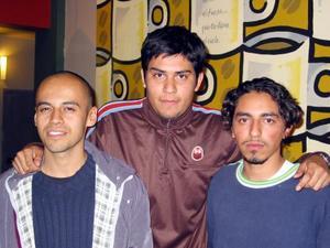 Jesús Flores, el pintor José Alfredo Jiménez y Omar Godínez en la ceremonia inaugural de su exposición.