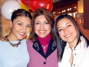 Señora Martha Ortega de Ávalos con sus hijas Karla y Martha la grata fiesta de cumpleaños que le ofrecieron.