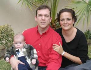 <u> 21 de enero </u> <p> Tomas Alvarado y Silvia Benavides de Alvarado con su pequeño en un convivio familiar.