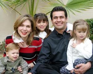 Mario Martínez y Alejandra Alvarado de Martínez con sus hijos Alejandra, Sofía y Mario Alberto.
