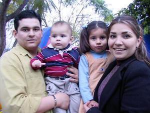 <u> 20 de enero </u> <p>  El pequeño Gustavo Romo Espinoza el día que festejó su primer aniversario de vida acompañado de sus papás Gustavo Romo y Mayela Espinoza de Romo y su hermanita Mariana