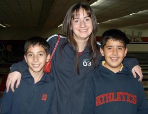 Alex y Almendra González Oviedo en compañía de Rudy Soto Murra.